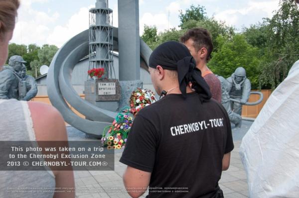 Гид Чернобыль-ТУР у памятника в Чернобыле